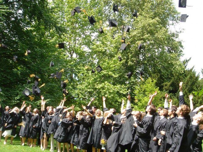 Выпускники радуются окончанию учебного заведения.