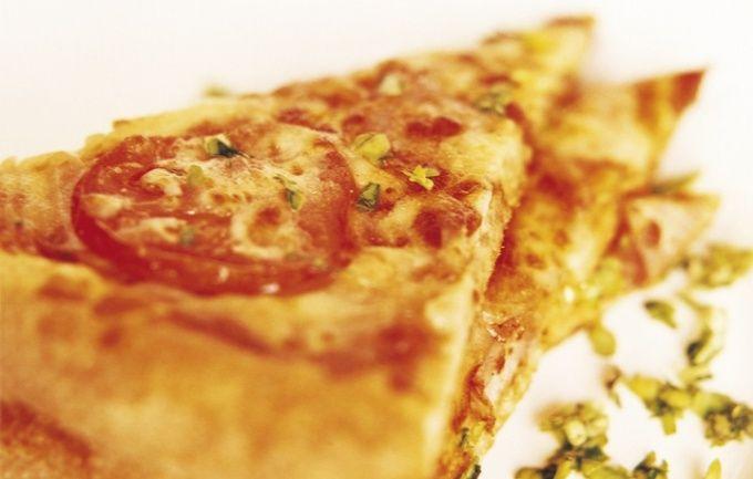 Пицца с колбасой.