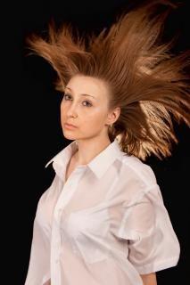 Уберите непокорные пряди в хвост или косу