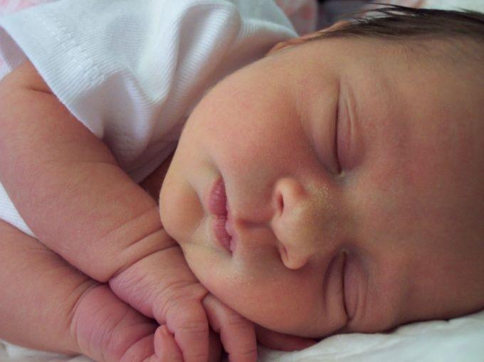 Как укладывать спать грудного ребенка