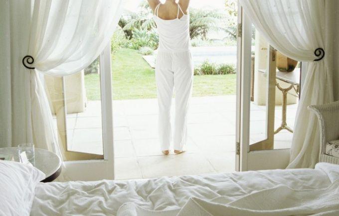 Шторы не только защищают помещение от яркого света, но и украшают комнату
