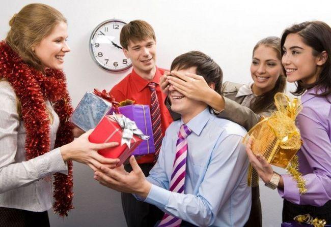 Как выбрать подарок коллеге