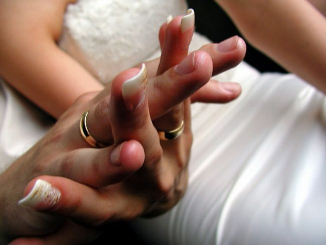 Почему обручальное кольцо надевают на безымянный палец