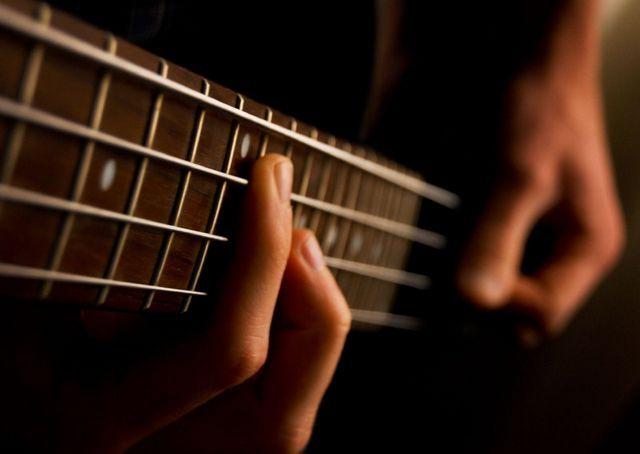 Как играть на бас гитаре