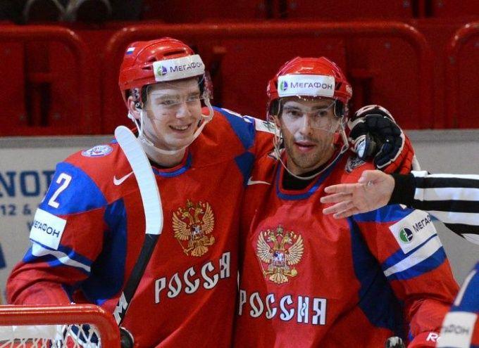 Капитан сборной России по хоккею Павел Дацюк (справа) свой первый спортивный разряд получал в детской школе «Юность»