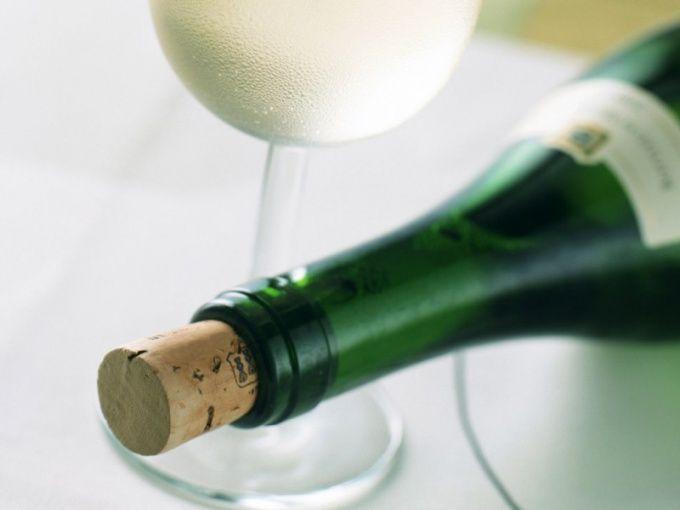 Как открыть бутылку без штопора
