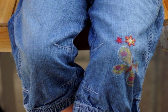 На джинсах можно сделать симметричные заплатки