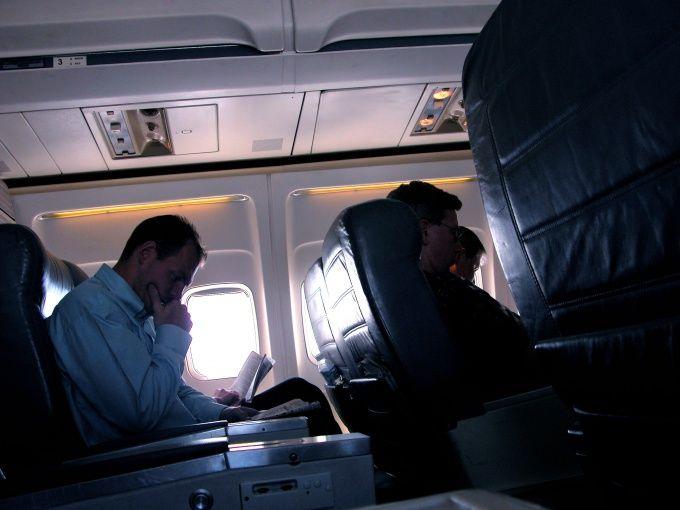 Как привлечь внимание в самолете